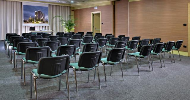 Discover how to organize your conference in Langhe Cherasco at the Hotel Holiday Inn Express